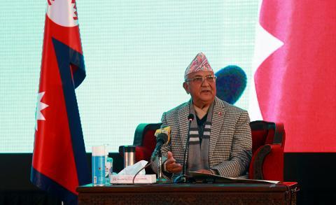 प्रधानमन्त्री केपी शर्मा ओली बुधबार बालुवाटारमा भर्चुअल विधिबाट खोपको शुभारम्भ गर्दै ।