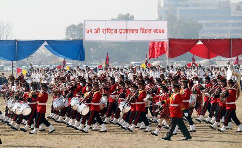 ७१ औं राष्ट्रिय प्रजातन्त्र दिवसका अवसरमा शुक्रबार टुँडिखेलमा आयोजित कार्यक्रममा नेपाली सेना, नेपाली प्रहरी र सशस्त्र प्रहरीको टोली मार्चपास गर्दै ।