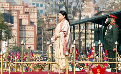 राष्ट्रपति विद्यादेवी भण्डारी ७१ औं राष्ट्रिय प्रजातन्त्र दिवसका अवसरमा शुक्रबार टुँडिखेलमा आयोजित कार्यक्रममा नेपाली सेनाद्वारा अर्पन गरेको सम्मानगारतमा सहभागी हुुँदै ।