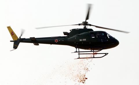७१ औं राष्ट्रिय प्रजातन्त्र दिवसका अवसरमा शुक्रबार टुँडिखेलमा आयोजित कार्यक्रममा नेपाली सेनाको हेलिकप्टरबाट पुुष्पवृष्टि गर्दै ।
