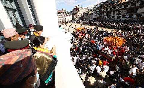 राष्ट्रपति विद्यादेवी भण्डारी, ईन्द्रजात्राको अवसरमा बसन्तपुरमा आयोजित विशेष समारोहमा पूजा गर्दै ।