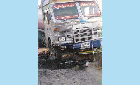 बारामा ट्याङ्कर र कार एक आपसमा ठोक्किँदा ३ जनाको मृत्यु