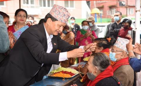 सामाजिक सद्भाव बढाउन वडा ३ बाट सामुहिक टीका र जेष्ठ नागरिक सम्मान आयोजना